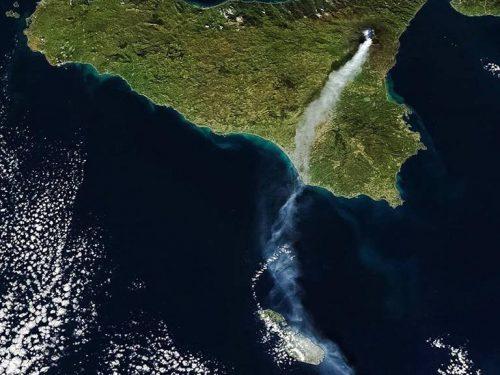 Le spettacolari immagini di Etna in piena attività, dalla costa Ionica Calabrese.